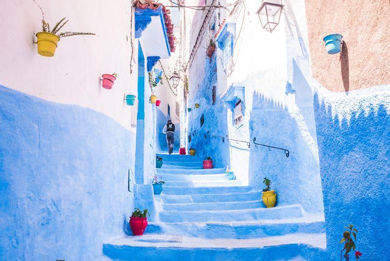 Calle en cuesta en Chaouen. Marruecos.