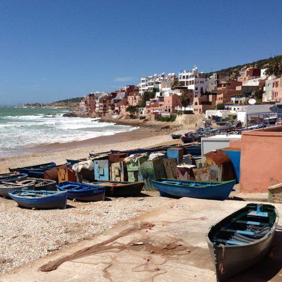 Costa Atlántica Sur. Playa con barcas en un pueblo de Marruecos.