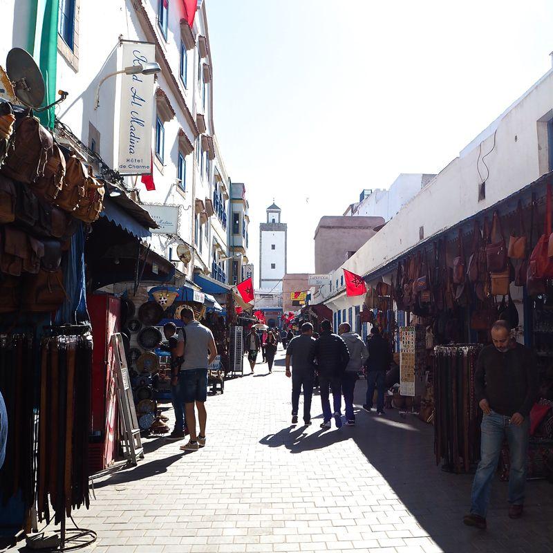 Calle con tiendas en Essaouira